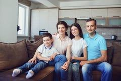Портрет счастливой семьи в комнате стоковое фото