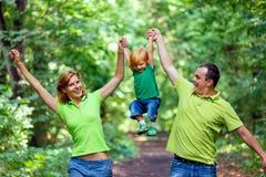 Портрет счастливой семьи в парке Стоковые Изображения