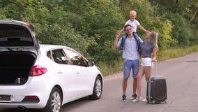 Портрет счастливой семьи, готовящейся к поездке и летним каникулам сток-видео