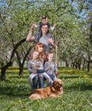 Портрет счастливой семьи на качании в их саде стоковое фото rf