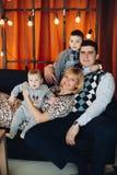 Портрет счастливой семьи обнимая в украшенной студии стоковые фотографии rf