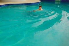 Портрет счастливой середины постарел заплывание человека в бассейне Стоковая Фотография RF