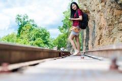 Портрет счастливой туристской женщины снаружи стоковое фото rf