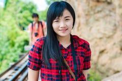 Портрет счастливой туристской женщины снаружи стоковые фото