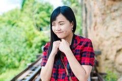 Портрет счастливой туристской женщины снаружи стоковая фотография