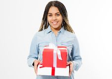 Портрет счастливой усмехаясь афро женщины держа присутствующие коробки коробки над белой предпосылкой стоковое изображение rf