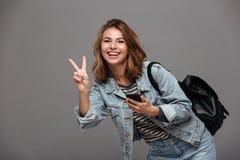 Портрет счастливой усмехаясь девушки в куртке джинсовой ткани Стоковое фото RF