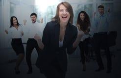 Портрет счастливой успешной бизнес-группы на офисе Стоковое фото RF