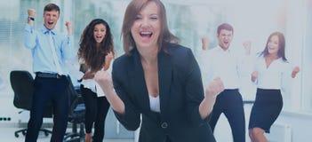 Портрет счастливой успешной бизнес-группы на офисе Стоковое Фото