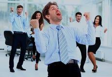 Портрет счастливой успешной бизнес-группы на офисе Стоковая Фотография