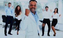 Портрет счастливой успешной бизнес-группы на офисе Стоковые Изображения RF