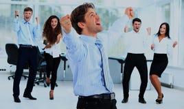 Портрет счастливой успешной бизнес-группы на офисе Стоковое Изображение RF