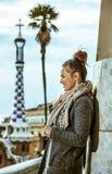 Портрет счастливой элегантной женщины в Барселоне, Испании в зиме стоковое изображение rf