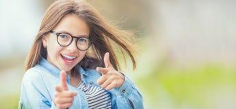 Портрет счастливой smilling подростковой маленькой девочки с стеклами и b Стоковая Фотография RF