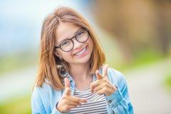 Портрет счастливой smilling подростковой маленькой девочки с стеклами и b Стоковое Изображение