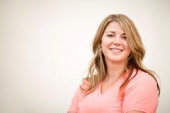 Портрет счастливый белокурый усмехаться женщины стоковые изображения