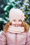 Портрет счастливый идти ребёнка внешний в снежном дне, город зимы и рождества украшенный на праздники стоковая фотография