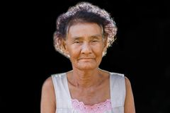 Портрет счастливый пожилой усмехаться женщины Стоковые Фотографии RF