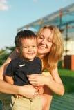Портрет счастливых взрослого и ребенка стоковая фотография