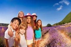 Портрет счастливых детей стоя в поле лаванды Стоковая Фотография