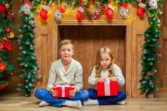 Портрет счастливых детей с настоящими моментами вокруг рождества tr Стоковые Изображения RF