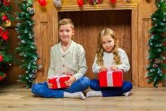 Портрет счастливых детей с настоящими моментами вокруг рождества tr Стоковое Фото