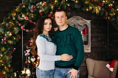 Портрет счастливых пожененных пар на рождестве стоковые фото