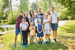 Портрет счастливых родителей обнимая детей Стоковая Фотография RF