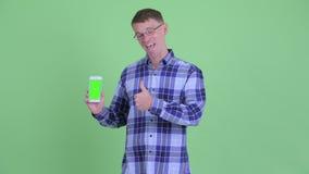 Портрет счастливых телефона показа человека хипстера и давать больших пальцев руки вверх видеоматериал
