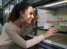 Портрет счастливых усмехаясь птиц петь девушки наблюдая Стоковая Фотография