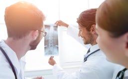 Портрет счастливых хирургов проводя отчет о рентгеновского снимка Стоковая Фотография RF