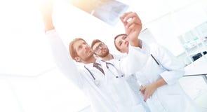 Портрет счастливых хирургов проводя отчет о рентгеновского снимка Стоковая Фотография