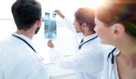 Портрет счастливых хирургов проводя отчет о рентгеновского снимка Стоковые Изображения