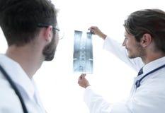 Портрет счастливых хирургов проводя отчет о рентгеновского снимка Стоковые Изображения RF