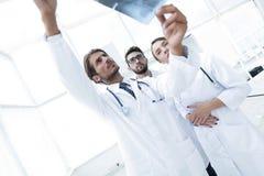 Портрет счастливых хирургов проводя отчет о рентгеновского снимка Стоковое Изображение