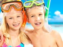 Портрет счастливых детей наслаждаясь на пляже Стоковые Фотографии RF