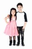 Портрет счастливого азиатских мальчика и девушки имея потеху Стоковое Фото