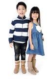 Портрет счастливого азиатских мальчика и девушки имея потеху Стоковая Фотография RF
