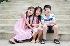 Портрет счастливого азиатских мальчика и девушки имея потеху Стоковое Изображение