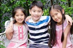 Портрет счастливого азиатских мальчика и девушки имея потеху Стоковое фото RF