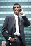 Портрет счастливого Афро-американского бизнесмена на телефоне Стоковое Фото