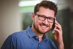 Портрет счастливого бизнесмена говоря на мобильном телефоне на офисе Стоковая Фотография