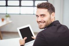 Портрет счастливого бизнесмена используя цифровую таблетку Стоковое Изображение