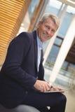 Портрет счастливого бизнесмена используя цифровую таблетку Стоковое Фото