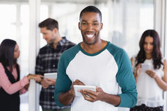 Портрет счастливого бизнесмена используя цифровую таблетку Стоковое фото RF