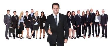 Портрет счастливого бизнесмена и его команды Стоковое Изображение RF