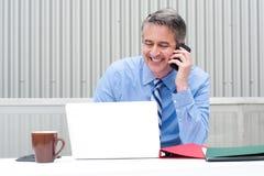 Портрет счастливого бизнесмена на телефоне Стоковое Изображение