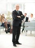 Портрет счастливого бизнесмена при коллеги взаимодействуя на ба Стоковые Изображения RF