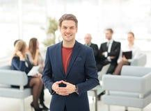 Портрет счастливого бизнесмена при коллеги взаимодействуя на ба Стоковые Изображения