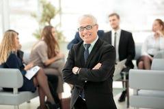 Портрет счастливого бизнесмена при коллеги взаимодействуя на ба Стоковое фото RF